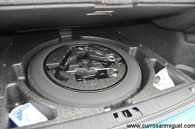 El maletero es pequeño sí, pero trae rueda de repuesto bajo un falso fondo