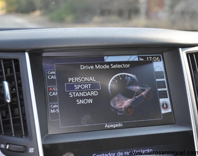 La pantalla superior además de tener encomendada la función de navegación, nos indica el modo de conducción seleccionado