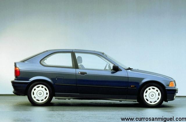 El Compact básico llevaba tapacubos de plástico y parachoques en negro. Como todo en BMW, se podía mejorar a golpe de talonario...