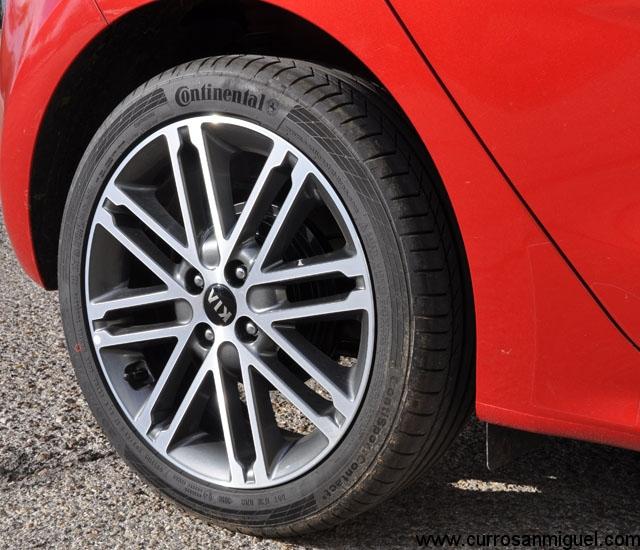Detrás de las bonitas llantas traseras se esconden unos frenos de tambor. Aún así y gracias al liviano peso del coche, su eficacia es correcta