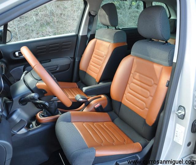 Los asientos son tan vistosos como grandes y cómodos, pero carecen casi por completo de sujeción lateral
