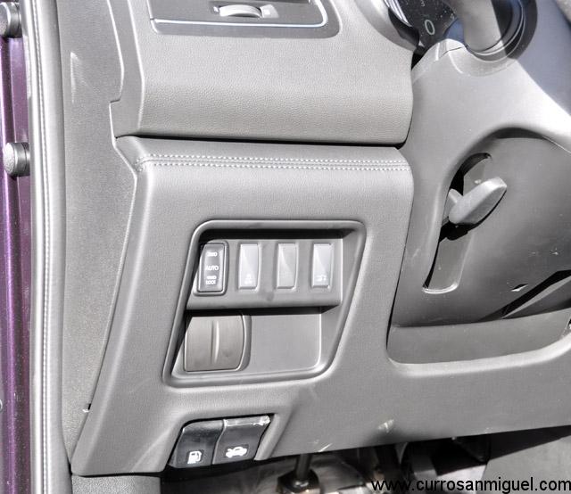 El botón para escoger los modos de tracción resulta poco lucido y está bastante escondido