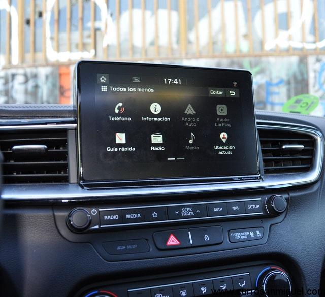 La pantalla multimedia está bien ubicada, bien dimensionada y su funcionamiento es satisfactorio.