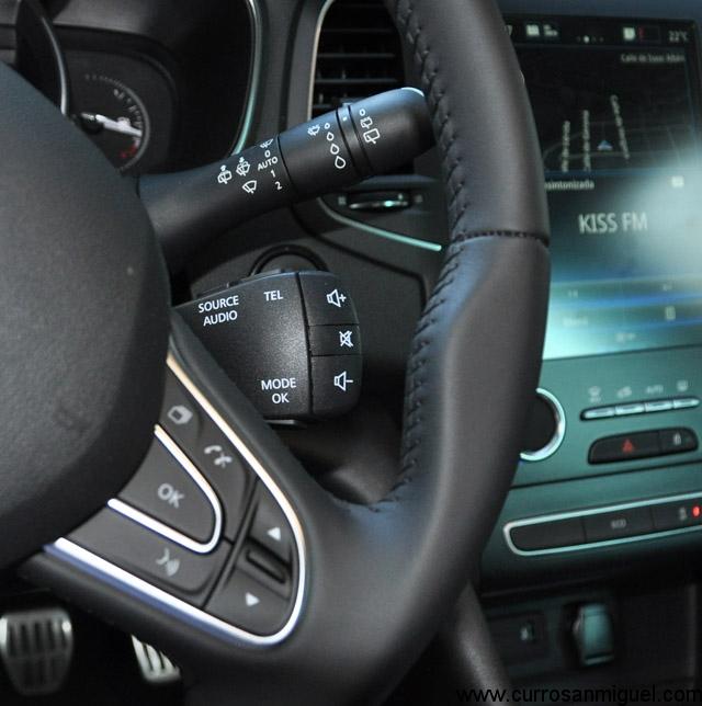 El mando satélite tras el volante además de ser plenamente funcional, es un detalle de lo más vintage.