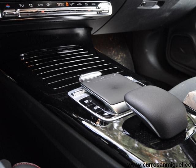 A mí personalmente me resulta muy útil este mando entre los asientos para manejar el multimedia. Sobre todo la tecla retorno cuando me pierdo.