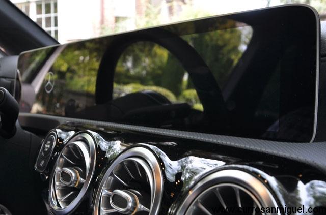 Apagas el coche y ambas pantallas funden a negro aumentando la sensación de que son una sola.
