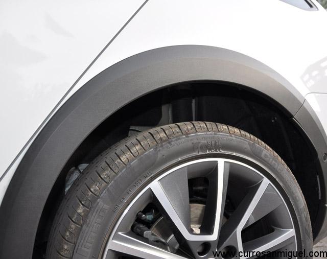 Estas protecciones y esa altura al suelo, junto con el modo offroad, es todo lo que le distingue de un Octavia Combi 4x4 auto.