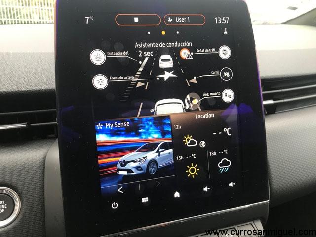 De esta manera tan gráfica nos presenta la pantalla central los asistentes de conducción entre otros datos como la previsión meteorológica.