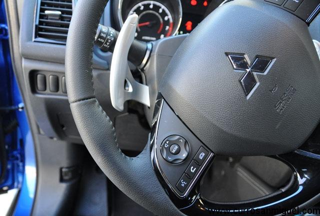 Las paletas del cambio tras el volante son de coche de carreras. Innecesarias, pero son de serie.
