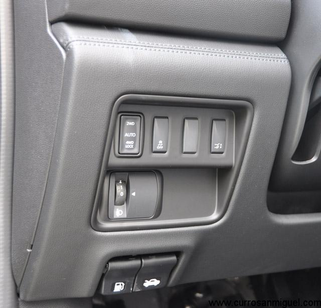 Con este botón decidimos si llevar tracción sólo a un eje, a los dos de manera variable o al 50% cada uno a baja velocidad.