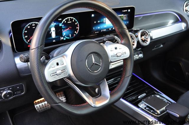 El volante aglutina gran cantidad de funciones y el cuadro, por su parte, ofrece bastante información.