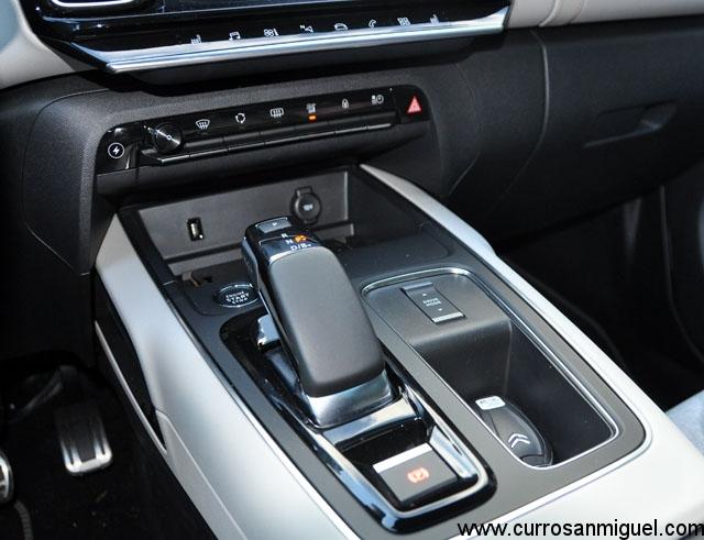 Detalle del botón del rayo, modos de conducción y B en la palanca de cambios