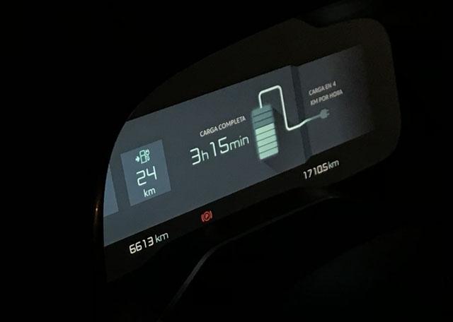 una vez enchufado, el cuadro te da una aproximación muy fiable del tiempo que falta para la carga completa de la batería