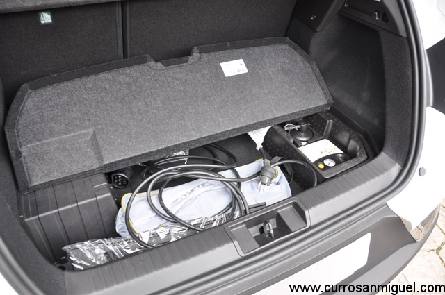 A pesar de perder gran parte de su fondo por las baterías, en el maletero sigue habiendo hueco para guardar los cables disimuladamente.