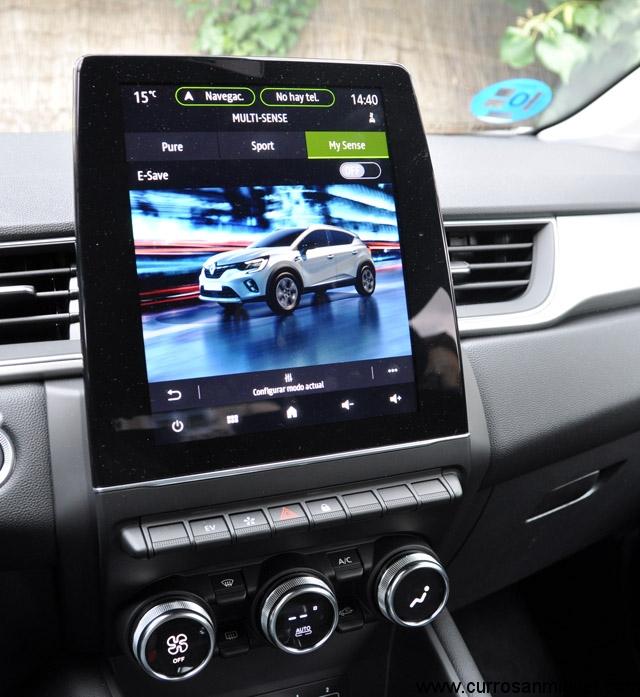 La pantalla es enorme y va muy a la vista. Desde los modos de conducción se activa el e-save (reserva de energía eléctrica).
