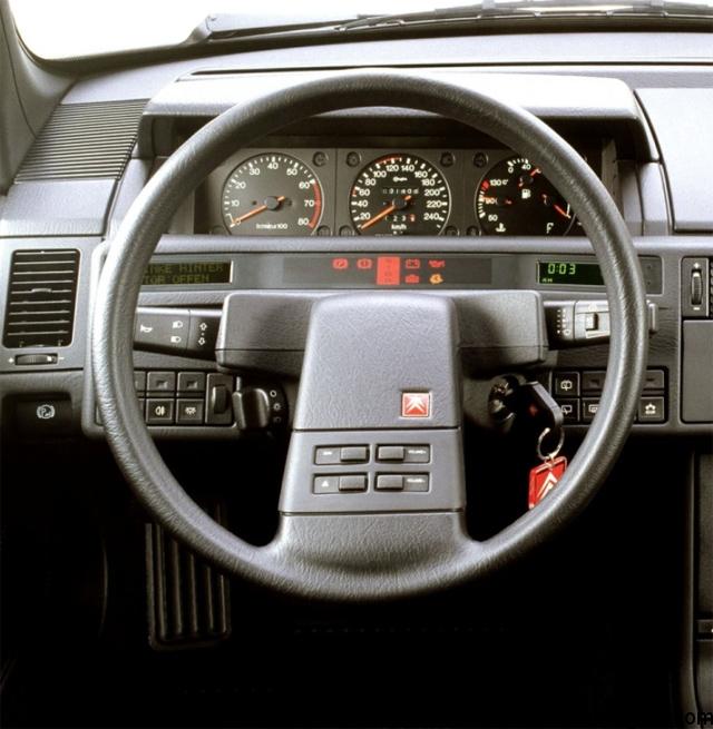 Las dos pantallas de información enmarcando el cuadro de testigos llamaban poderosamente la atención, así como ese volante... tan de Citroën.