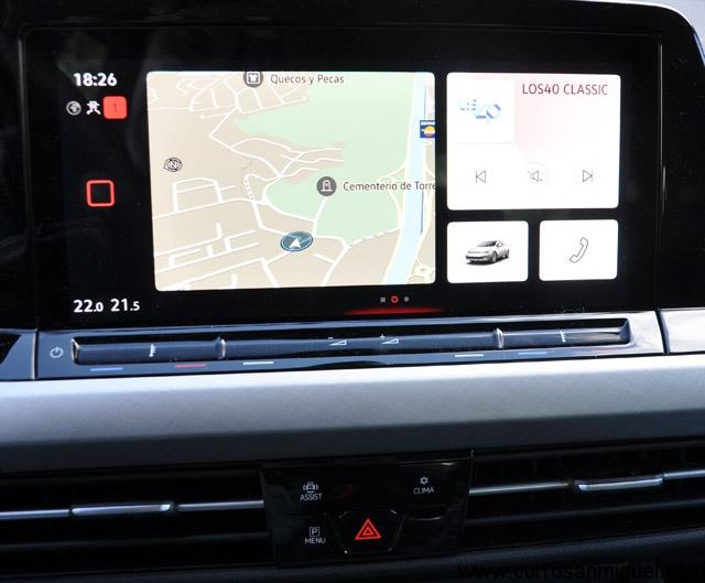 La pantalla multimedia es grande y está muy bien ubicada en lo alto del salpicadero.