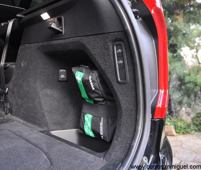 Si se monta la suspensión neumática, este botón sirve para bajar -o subir- un poco la trasera de cara a cargar objetos en el maletero con mayor comodidad.