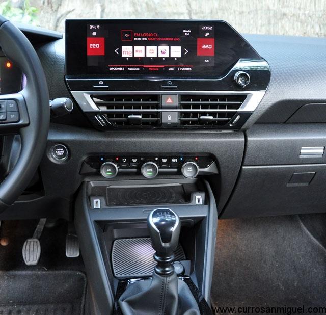La consola central está fenomenal: pantalla en lo alto, buenas salidas de aire, mandos físicos para la climatización, salidas USB, bandeja de carga y otra inferior con tapa.