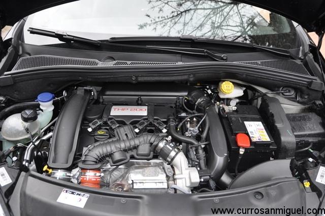 Portentoso motor, quizá por eso no lo esconden bajo ningún plástico decorativo...