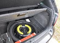 El maletero esconde rueda de repuesto de emergencia bajo su base