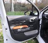 Los sencillos tiradores le dan un toque tan rústico como vintage al coche