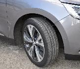 A pesar de su enorme diámetro, los neumáticos del Scenic son realmente estrechos
