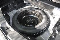 Por cierto que escondida bajo su base hay una rueda de emergencia muy aprovechable