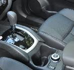 Tras la palanca de cambios y los posavasos refrigerados está el mando que controla el sistema de tracción