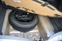 Bajo un suelo de maletero low cost, se aloja una rueda de repuesto casi del mismo tamaño que las otras cuatro