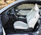Los asientos delanteros son grandes, cómodos y razonablemente deportivos. La tapicería blanca es una de las 4 disponibles sin coste