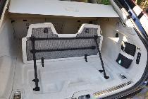 Otro detalle muy de Volvo es esta práctica separación de maletero con ganchos y gomas para sujetar las bolsas