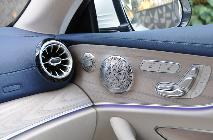 La combinación cuero/madera/aluminio exhibe enorme gusto y calidad