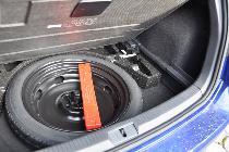 Detallazo: rueda de repuesto. Es de emergencia, pero de tamaño considerable