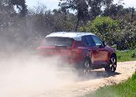 Con él activado y gracias a sus protecciones y altura al suelo podemos salir del asfalto a levantar algo de polvo...