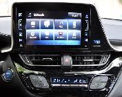 La pantalla multimedia es grande y está muy bien ubicada y orientada. Su manejo es sencillo.