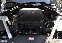 Enmarcado por los refuerzos del chasis aparece el motor como una obra de arte. Casi romántica, hoy en día