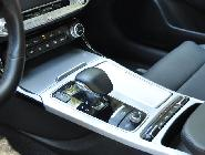 Pequeña palanca y selector de modos de conducción entre los asientos delanteros