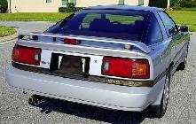 La versión turbo sólo de distinguía del 3.0i normal por el alerón y por el pequeño emblema en su parte derecha