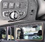 Al lado del volante está el botón para abrir y cerrar la ventanilla central trasera