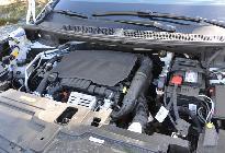 Gracias a su suavidad, el motor pasa desapercibido en marcha... y tampoco destaca con el capó abierto