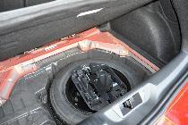 Bajo la base del maletero descubrimos una buena rueda de repuesto... y cómo han escatimado en pintura.