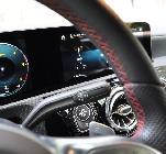 El pespunte rojo del volante viene con el paquete AMG. Tras él están las levas y el palito del cambio.
