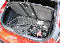 La colocación de la batería convencional en el maletero le resta unos buenos 25 litros de capacidad.