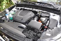 Bajo el capó atisbamos las dos tecnologías que mueven el coche: el motor convencional y a su lado, el motor eléctrico.