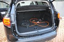 El maletero ve reducida su capacidad en esta versión. Además, tendrás que dejar espacio para sus cables de carga.