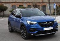 Como en sus hermanos de PSA, el Opel muestra una luz azul bajo el retrovisor central cuando rueda en eléctrico.