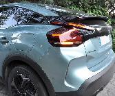 Este es, sin duda, el ángulo más controvertido del coche: falsa prolongación de la ventanilla, alerón partiendo el parabrisas, luces a lo loco, falsa salida de aire...