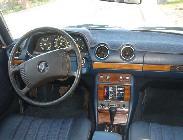 Interior de un W123 americano, con climatizador, cambio automático y control de velocidad